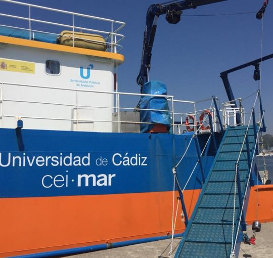 Arqueología subacuática en el barco de la Universidad de Cádiz